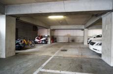 大型バイクが数台駐車できる地下駐車場がございます