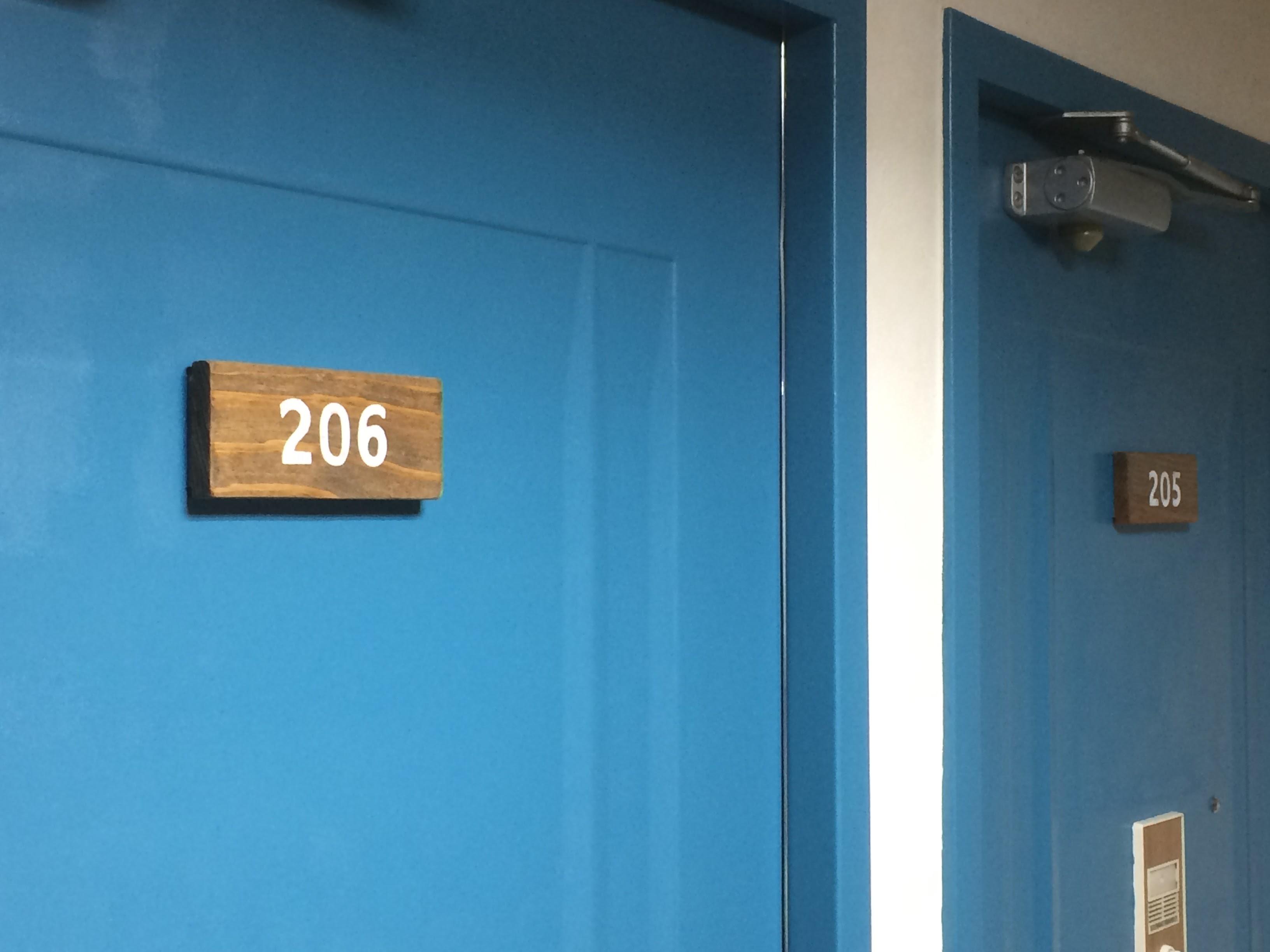 一部のドアを塗り直ししました